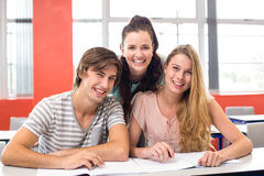 Studenti di college che si siedono nell'aula Immagini Stock Libere da Diritti