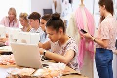 Studenti di college che studiano modo e progettazione immagine stock