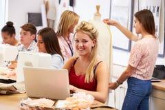 Studenti di college che studiano modo e progettazione fotografia stock