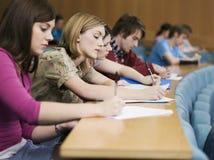 Studenti di college che studiano nella classe Fotografie Stock Libere da Diritti