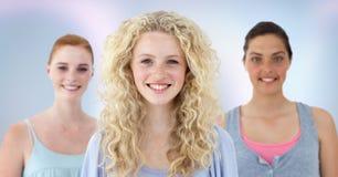 Studenti di college contro fondo astratto porpora Fotografia Stock