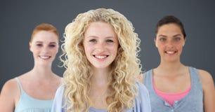 Studenti di college contro fondo grigio Fotografie Stock
