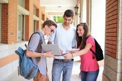 Studenti di college felici che per mezzo del computer Immagini Stock Libere da Diritti