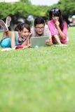 Studenti di college felici che per mezzo del computer Immagini Stock