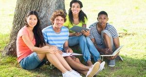 Studenti di college felici che studiano sulla città universitaria Fotografie Stock