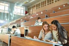 Studenti di college nel corridoio di conferenza Immagini Stock Libere da Diritti