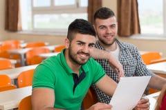 Studenti di college nella stanza di conferenza alla High School Fotografie Stock Libere da Diritti