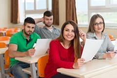Studenti di college nella stanza di conferenza alla High School Fotografia Stock Libera da Diritti