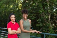 2 studenti di college sulla città universitaria Fotografie Stock
