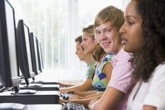 Studenti di college in un laboratorio del calcolatore Immagini Stock
