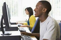 Studenti di college in un laboratorio del calcolatore Fotografia Stock Libera da Diritti