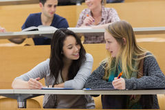 Studenti di conversazione in un corridoio di conferenza Fotografia Stock