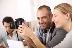 Studenti di fotografia che lavorano insieme su un progetto Immagine Stock Libera da Diritti