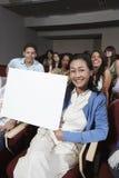 Studenti di Holding Billboard With dell'insegnante nei precedenti Fotografie Stock Libere da Diritti