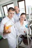 Studenti di ingegneria che lavorano nel laboratorio Immagini Stock