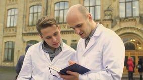 Studenti di medicina al fondo di università video d archivio