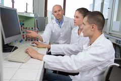 Studenti di medicina che lavorano con il microscopio all'università Fotografie Stock