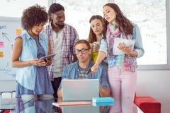 Studenti di modo che lavorano in gruppo fotografia stock