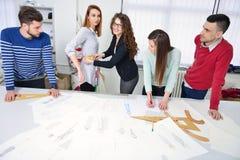 Studenti di modo che lavorano in gruppo all'istituto universitario Immagini Stock