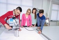 Studenti di modo che lavorano in gruppo all'istituto universitario Immagine Stock
