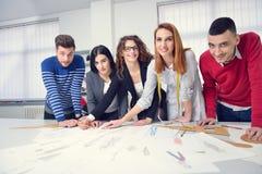 Studenti di modo che lavorano in gruppo all'istituto universitario Fotografia Stock Libera da Diritti