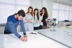 Studenti di modo che lavorano in gruppo all'istituto universitario Fotografia Stock
