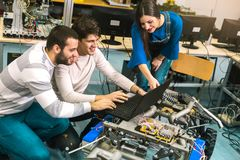 Studenti di robotica che preparano robot per le prove nel worksh Immagine Stock Libera da Diritti