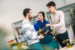 Studenti di robotica che preparano robot per le prove nel worksh Immagine Stock