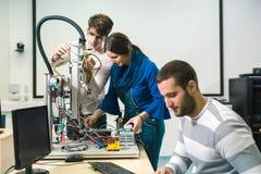 Studenti di robotica che preparano robot per le prove nel worksh Fotografia Stock Libera da Diritti
