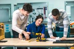 Studenti di robotica che preparano robot per le prove nel worksh Fotografie Stock Libere da Diritti