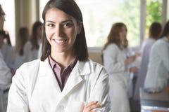 Studenti di scienza che lavorano con i prodotti chimici in laboratorio all'università Studente felice, contenuto per i risultati  Immagini Stock