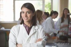 Studenti di scienza che lavorano con i prodotti chimici in laboratorio all'università Studente felice, contenuto per i risultati  Fotografia Stock