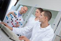 Studenti di scienza che lavorano nel laboratorio all'università Fotografia Stock