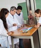 Studenti di Teaching Experiment To dell'insegnante in laboratorio Immagini Stock