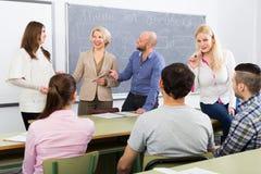 Studenti differenti di età durante la pausa Immagini Stock