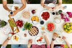 Studenti divertendosi al picnic Fotografie Stock