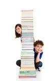 Studenti e mucchio dei libri Fotografie Stock