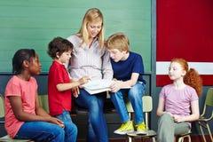 Studenti ed apprendimento dell'insegnante Immagini Stock