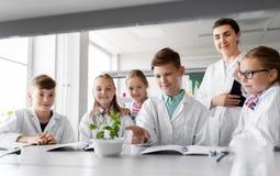Studenti ed insegnante con la pianta a classe di Biologia Fotografia Stock Libera da Diritti