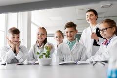 Studenti ed insegnante con la pianta a classe di Biologia Fotografie Stock