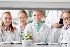 Studenti ed insegnante con la pianta a classe di Biologia Fotografia Stock