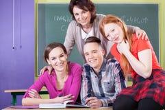 Studenti ed insegnante durante la chimica Fotografia Stock Libera da Diritti