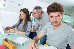 Studenti ed insegnante durante la lezione all'università Immagini Stock Libere da Diritti