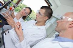 Studenti ed insegnante nel corso di formazione di biologia Fotografia Stock