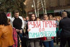 Studenti ed insegnanti con gli slogan in difesa dell'accademia di Timiryazev Fotografie Stock