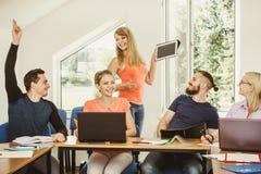 Studenti ed istitutore dell'insegnante in aula Fotografie Stock Libere da Diritti