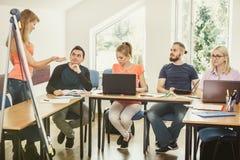 Studenti ed istitutore dell'insegnante in aula Immagini Stock