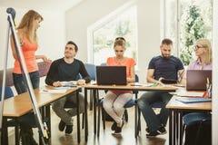 Studenti ed istitutore dell'insegnante in aula Fotografie Stock