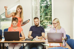 Studenti ed istitutore dell'insegnante in aula Immagine Stock