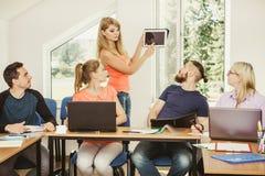Studenti ed istitutore dell'insegnante in aula Immagine Stock Libera da Diritti